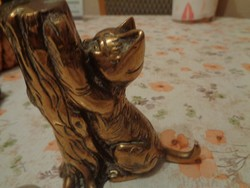 Kisnyúl után fára mászó cicát ábrázoló réz szobor