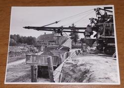 Régi, mini fotó, kép építkezésről, építőipari munkagépről és teherautóról