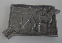 Régi, alumíniumból készült plasztikus - Lovakat ábrázoló - hamutál