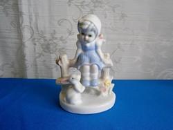 Nagyon aranyos porcelán figura: kerítésen ülő kislány nyuszival
