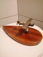 Régi fém repülő fa talpon