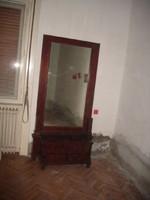 Nagy méretű nagyon öreg tükör.