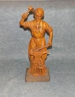 Fa hatású patkoló kovács figura 39 cm (z)