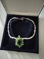 Zöld medálos alkalmi női nyaklánc, tenyésztett gyöngysor, zöld fehér ékszer