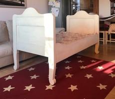 Antik, festett, viaszolt tömörfa ágy, felújítva, azonnal használható. Matraccal.