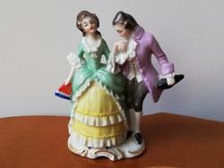 Sitzendorfi barokk pár, kézzel festett színes porcelán. Udvarlás jelenet.