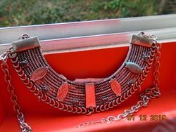 Egyiptomi stílusban,filigrán és kő díszítéssel,ezüstözött félkör széles lemez DIVA nyakék lánccal