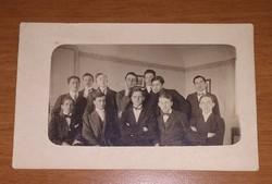 Antik, régi, főiskolai, egyetemi fotó, képeslap csokornyakkendős fiatalemberekkel