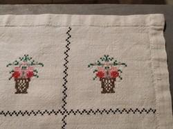 Kedves kis keresztszemes hímzett vászonterítő, virágkosár motívum, azsúr szegély