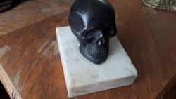 Bronz koponya márvány talapzaton