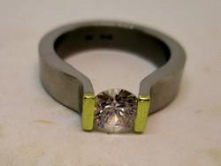 Szép modern nemesacél és valódi 18kt-os arany gyűrű nagy kristállyal