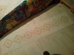 Gyönyörű és nagy slingelt hímzett asztalterítő, futó