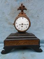 18. századi Copf stílusú kandalló óra, működik. Dúsan faragott, porcelán számlapos, kulcs van hozzá.