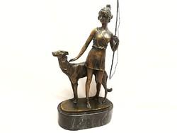 Győzedelmes Diana bronzszobor a vadászat istennője Borzoi kutya szobrával