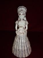 Porcelán figurális szobor, tortát tartó hölgy, 28 cm magas.