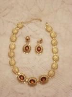 Arannyal futtatott nyaklánc, és csodaszép, borostyán színű köves finoman elegáns fülbevaló