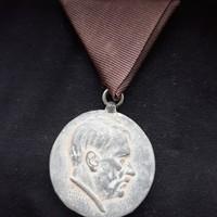 """Adolf Hitler a """"hűség""""kitüntetés"""
