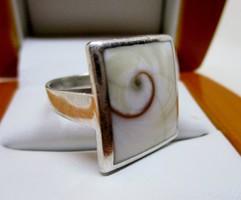 Szép ezüst gyűrű csigamintás gyöngyházzal