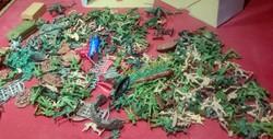 Retro műanyag ólomkatonák, trafik áru - cca 300 db vegyes harcos,meg egyebek EGYBEN LICIT!