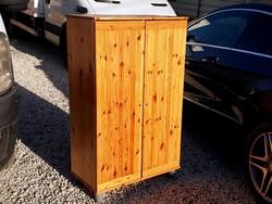 Eladó egy fenyő komód - kis szekrény Bútorok jó állapotú. Méretei: 76cm x 40cm x 125cm magas.