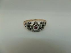 Antik arany virágos gyűrű rubinnal és brillekkel