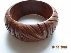 Kézműves karperec exotikus egy darab fából, vésett geometrikus mintákkal