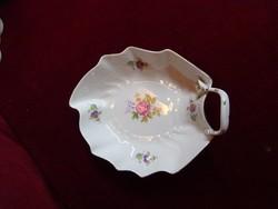Hollóházi porcelán levél formájú asztalközép, színes virágokkal. Mérete 21 x 16,5 x 4,5 cm.
