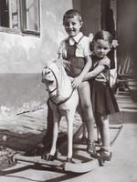 Régi gyerekfotó vintage fénykép hintalovas kisfiú kislány