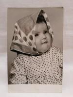 Pöttyös kendős baba fotó 1953
