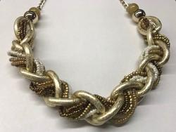 Aranyszínű gyöngysorokkal átfűzött aranyozott nyakék
