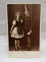 Gyermekek népviseletben fotó