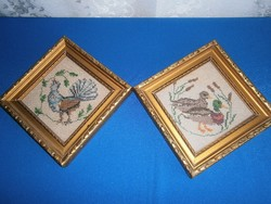 2 db régi keresztszemes hímzéssel készült pávás és kacsás kép aranyozott keretben 18 x 18 cm