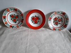 Hollóházi virágmintás tányérok eladók