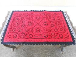 Szűrrátétes asztalterítő piros-fekete