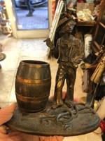 Bronz szobor, francia, szivarozó vagány a kikötőben, 16 cm magas.
