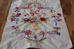 Régi vászon kézi hímzett virágkosár K monogram dísztörölköző, törölköző 59 x 40 népi