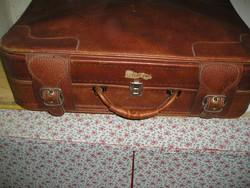 Műbőr bőrönd, retro (67x47x18 cm).