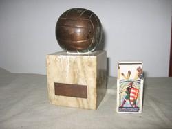 Bronz foci labda. L. E. Bajnokság 1 díj. 1952. Rákosi éra