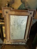 Öreg tükör, egyik bojtja hiányzik, és az alsó szegélye csorba