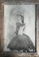 Lány fekete-fehérben. Shabby chick stílus,kerettel.33x28cm. Károlyfi Zsófia Prima díjas alkotó műve.