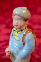 IZSÉPY MARGIT kerámia. Hátizsákos, túrázó fiú, festett kerámia szobor.