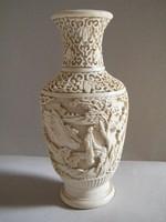 Elefántcsont színű, dúsan díszített japán tájat ábrázoló váza