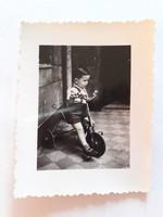 Régi gyerekfotó kisfiú bicikli vintage fénykép