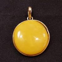 Borostyán medál sárga opak aranyozott ezüst foglalatban.