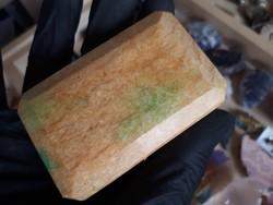 Nyers arany berill opak csiszolat kis smaragddal