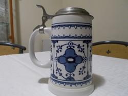 Porcelán fedeles söröskorsó