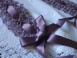 Horgolt dísz, dekoráció  selyem szalaggal.