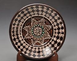 Korai  Kántor Karcag jelzett falitányér 22,5 cm. Ungvári fazekasok stílusában.