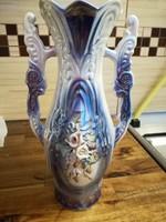 Gyöngyházfényű porcelán váza virágokkal