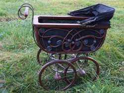Antik stílusú játék babakocsi, baba kocsi porcelán babához-vasból, fából készült rattan díszítéssel